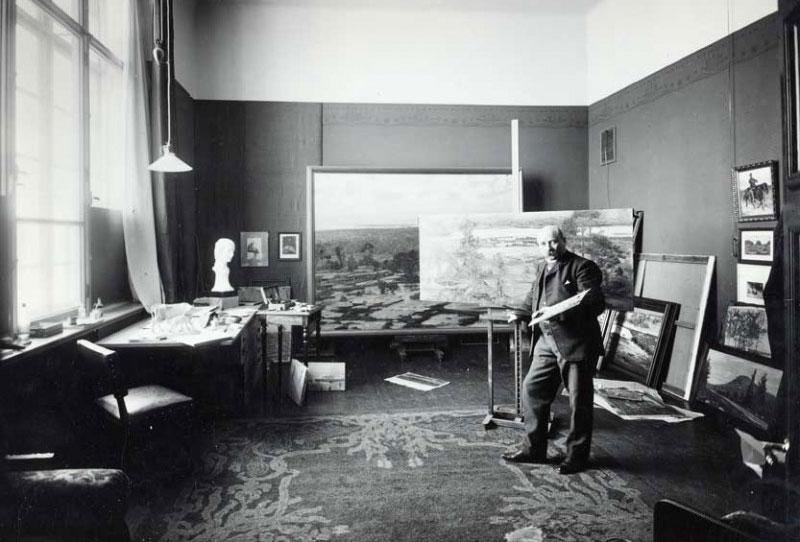 Taidemuseon ensimmäinen intendentti ja piirrustuskoulun johtaja Victor Westerholm ateljeessaan.